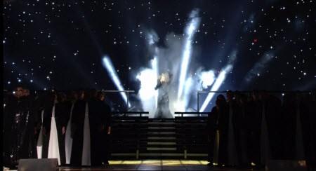 Na konci jej výkon, podlaha pod nohami otvára Madonnu a ona upadne do zabudnutia.