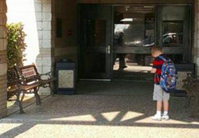 Modliaci sa päťročný chlapček